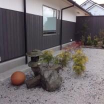 玄関横植木